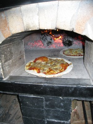 熱騰騰的披薩要出爐囉。記者陳衣怜攝影。