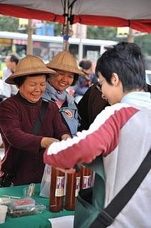 阿甘姨開心的替客人包裝百香果汁。王騰毅/攝影