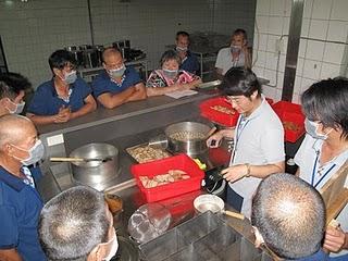 陳大德教導遊民們上職能課程 熱食冰品班/社會重建中心提供