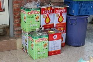一桶桶的回收廢油,平均一公斤可以做五大塊「中華豆腐」和莊的香皂。郭恩汝/攝影