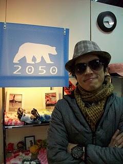 2050創立人之一Jerry與2050品牌標誌。吳欣穎/攝影