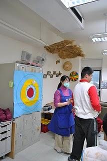 教保員帶著學生一起進行遊戲。陳慕容/攝影