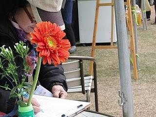 MOA的成員在每張桌子上都插了小花。洪子恩攝影