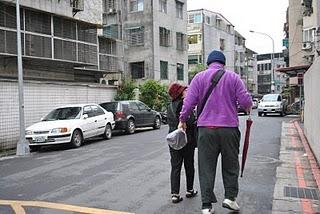 下課後,學員的媽媽接孩子回家。陳慕容/攝影