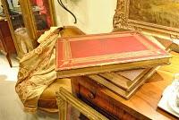 左邊兩張圖片為一本為了紀念當時倫敦萬國博覽會所製作的書。書中的內容在介紹當時展出的工藝品,每張照片皆為版畫印刷,製作十分精巧,卻也十分費工。