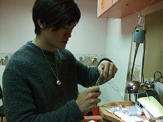 李智賢正在為銀飾接上吊飾圈 林縉明攝影