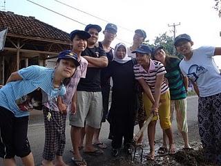 洪子恩在印尼與其他志工合影。洪子恩提供