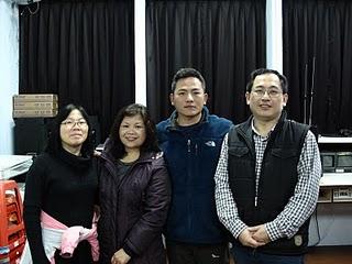 老師黃春源(右二),《船長‧阿富》製作古瑞雲(左二)、徐意嵐(左一),《那真的不是我的菜》導演陳皇圭,是一群對影像紀錄有興趣的人