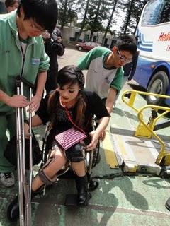土城清水中學學生特地從台北來為混障綜藝團服務,被服務團員為劉麗紅(記者張晏熒拍攝)